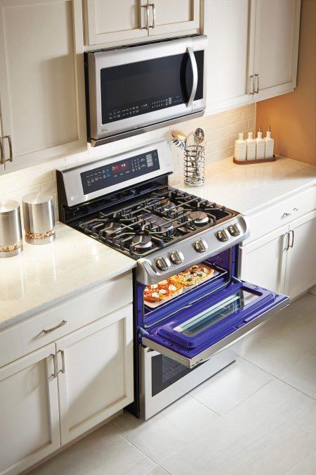 ldg4313st-upper-oven-lifestyle-1